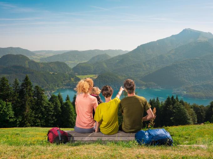 Sie sehen eine Familie beim Erkunden der Landschaft im Salzkammergut. JUFA Hotels bietet erholsamen Familienurlaub und einen unvergesslichen Winter- und Wanderurlaub.