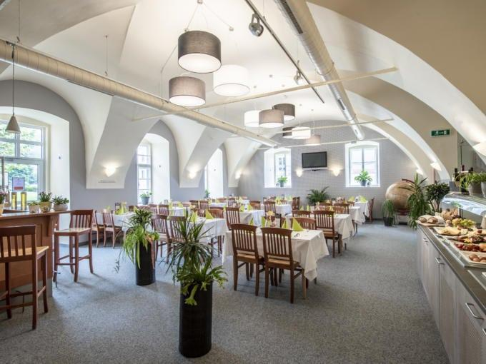 Sie sehen das Restaurant mit Frühstücksbuffet im JUFA Hotel Seckau. Der Ort für erholsamen Familienurlaub und einen unvergesslichen Winter- und Wanderurlaub.