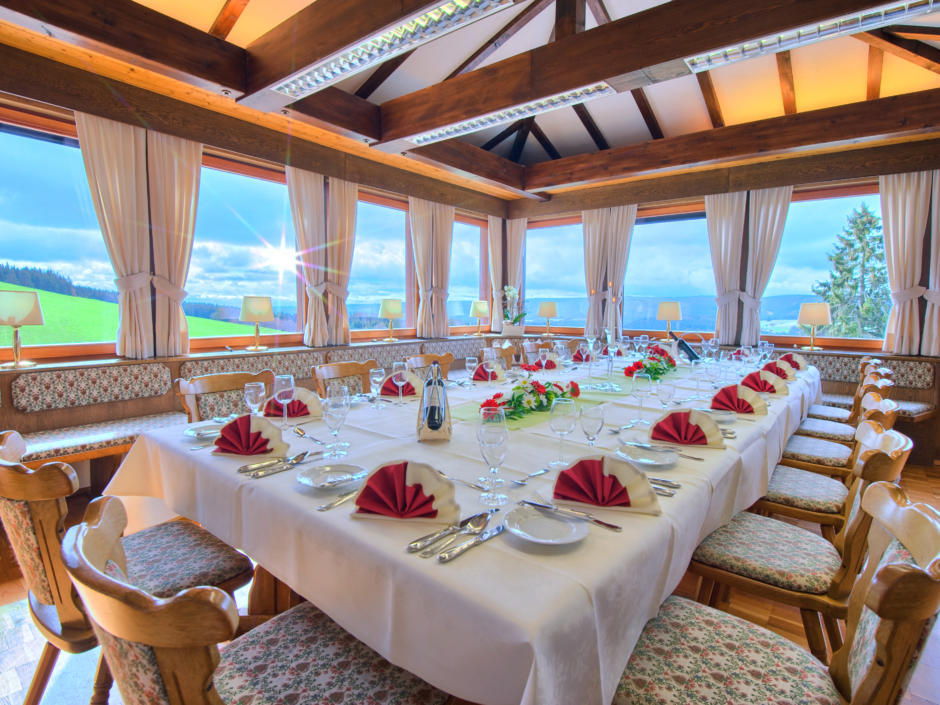 Sie sehen ein Restaurant im JUFA Hotel Schwarzwald. Der Ort für erholsamen Familienurlaub und einen unvergesslichen Winterurlaub.