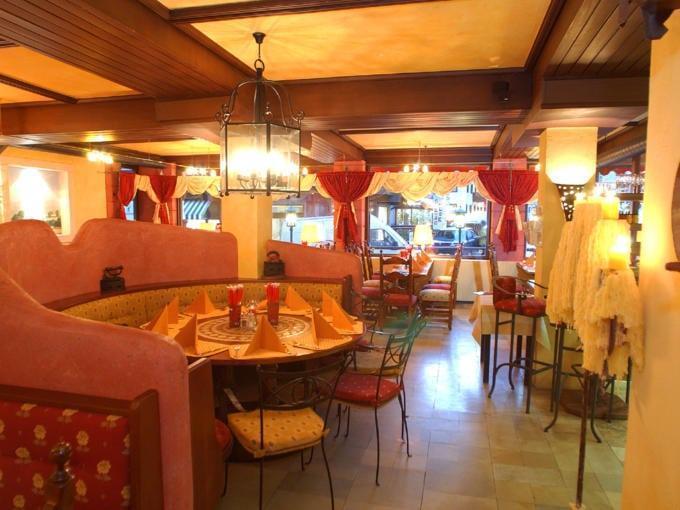 Sie sehen das gemütliche Restaurant La Trattoria im JUFA Alpenhotel Saalbach mit einer Sitzecke. JUFA Hotels bietet erholsamen Familienurlaub und einen unvergesslichen Winterurlaub.