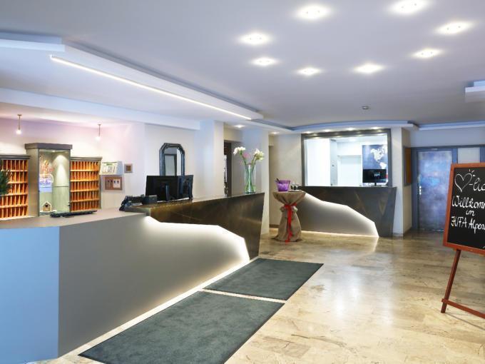 Sie sehen die Rezeption im JUFA Alpenhotel Saalbach****. Der Ort für erholsamen Familienurlaub und einen unvergesslichen Winterurlaub.