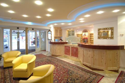 Sie sehen die Rezeption im JUFA Alpenhotel Saalbach. Der Ort für erholsamen Familienurlaub und einen unvergesslichen Winterurlaub.