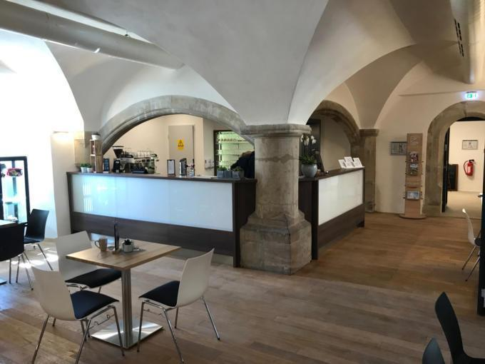 Sie sehen die Rezeption im JUFA Hotel Kronach – Festung Rosenberg*** . Der Ort für kinderfreundlichen und erlebnisreichen Urlaub für die ganze Familie.