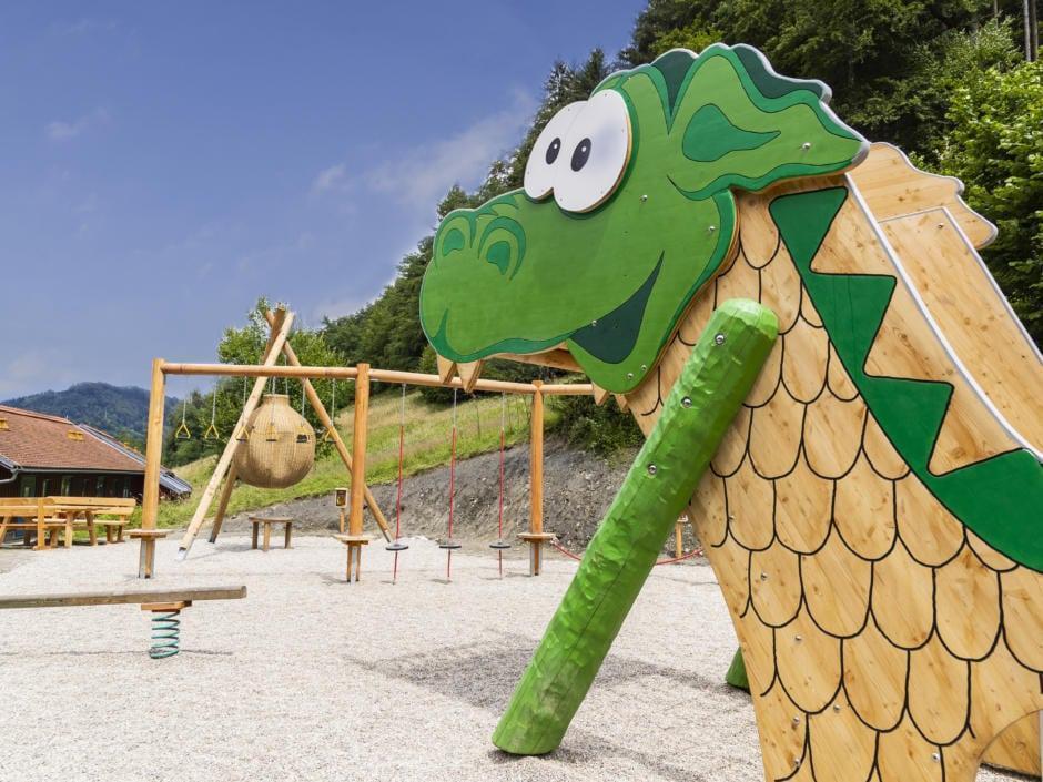 Sie sehen Ridors Naturerlebnis-Spielplatz mit blauem Himmel am JUFA Natur-Hotel Bruck im Sommer. Der Ort für erholsamen Familienurlaub und einen unvergesslichen Winter- und Wanderurlaub.