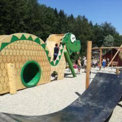 Sie sehen Ridors Naturerlebnis-Spielplatz im JUFA Natur-Hotel Bruck im Sommer. JUFA Hotels bietet kinderfreundlichen und erlebnisreichen Urlaub für die ganze Familie.