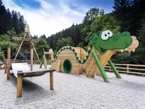 Sie sehen Ridors Naturerlebnis-Spielplatz mit Spielgeräten am JUFA Natur-Hotel Bruck im Sommer. JUFA Hotels bietet Ihnen den Ort für erlebnisreichen Natururlaub für die ganze Familie.