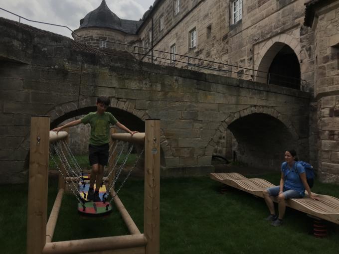 Sie sehen den Ritterspielplatz auf der Festung Kronach beim dortigen JUFA Hotel Kronach – Festung Rosenberg***. Der Ort für erlebnisreichen Natururlaub für die ganze Familie.