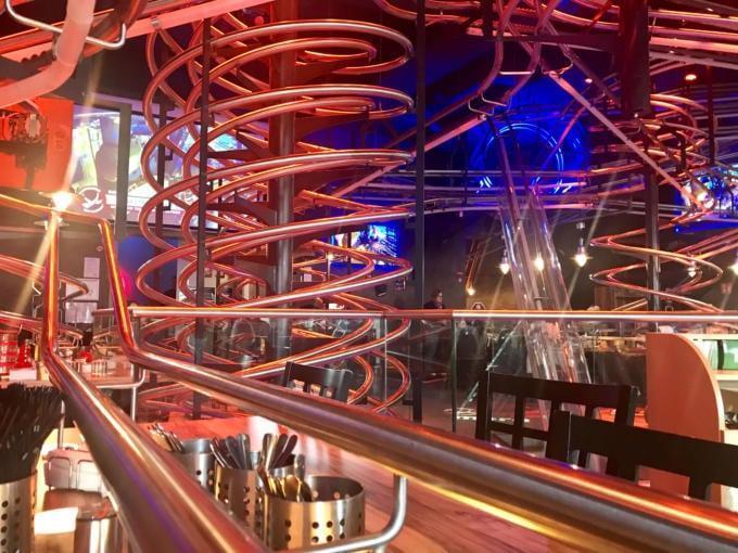 Sie sehen das Rollercoster Restaurant im Prater in Wien. JUFA Hotels bietet Ihnen den Ort für erlebnisreichen Städteurlaub für die ganze Familie.