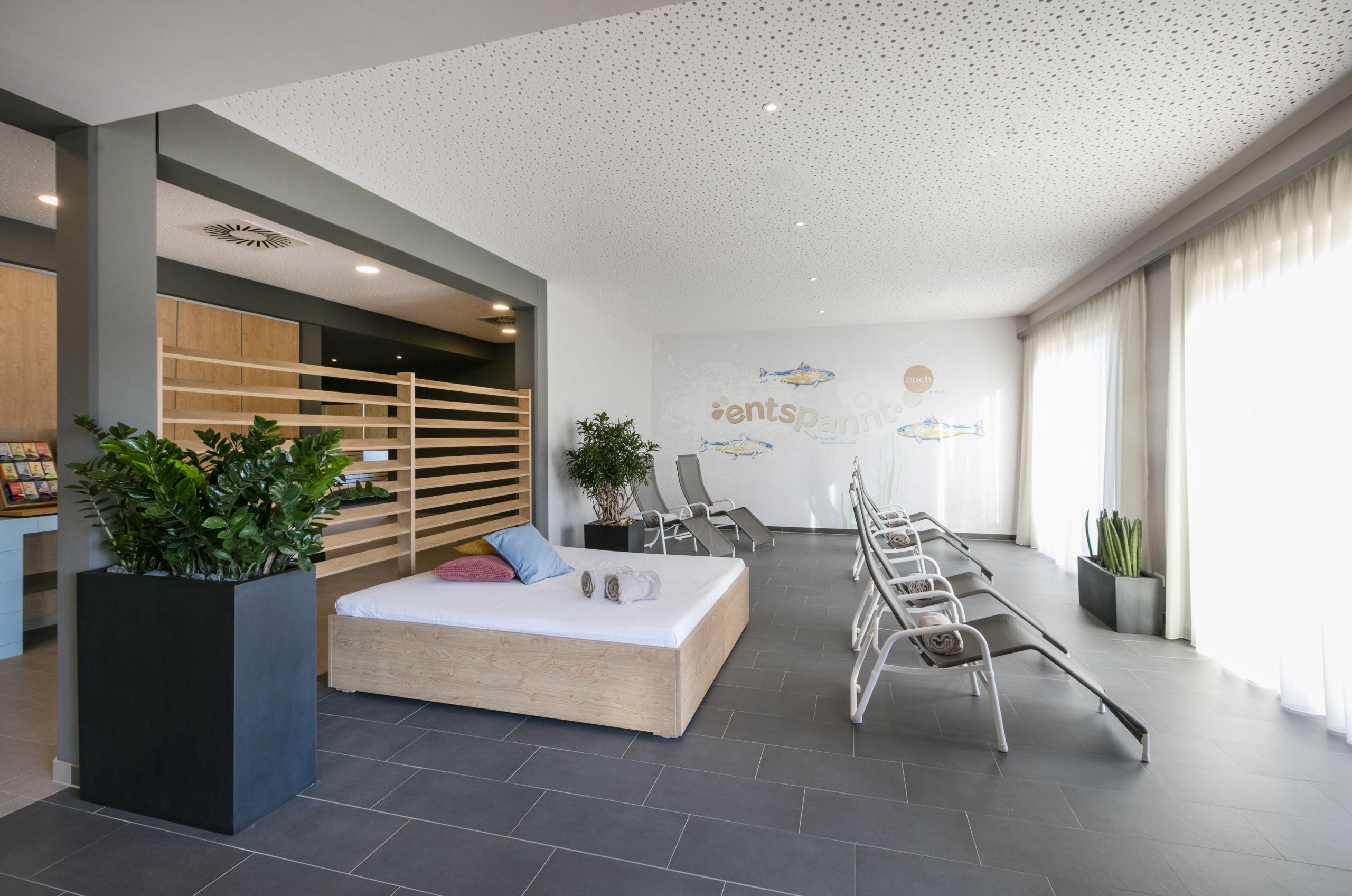 Sie sehen den Ruheraum im JUFA Hotel Weiz***s mit Liegen und Enspannungsbett. JUFA Hotels bietet erholsamen Thermenspass für die ganze Familie.