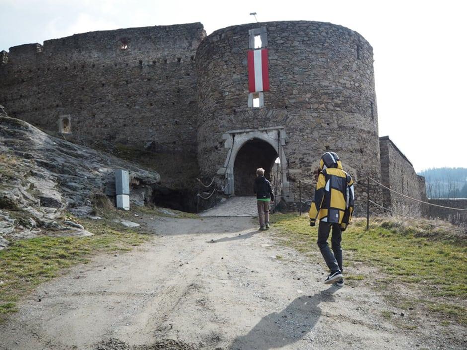 Sie sehen den Eingang der Ruine Kollmitz in Raabs mit Besuchern. JUFA Hotels bieten erholsamen Familienurlaub und einen unvergesslichen Winter- und Wanderurlaub.
