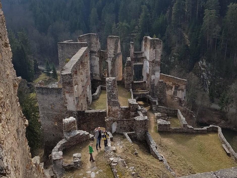 Sie sehen die Ruine Kollmitz in Raabs von oben mit Besuchern. JUFA Hotels bieten erholsamen Familienurlaub und einen unvergesslichen Winter- und Wanderurlaub.