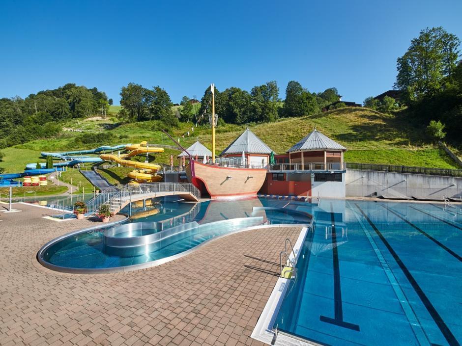 Sie sehen das Freibad Käptn Hook in Saalbach in der Nähe vom JUFA Alpenhotel Saalbach****. Der Ort für kinderfreundlichen und erlebnisreichen Urlaub für die ganze Familie.