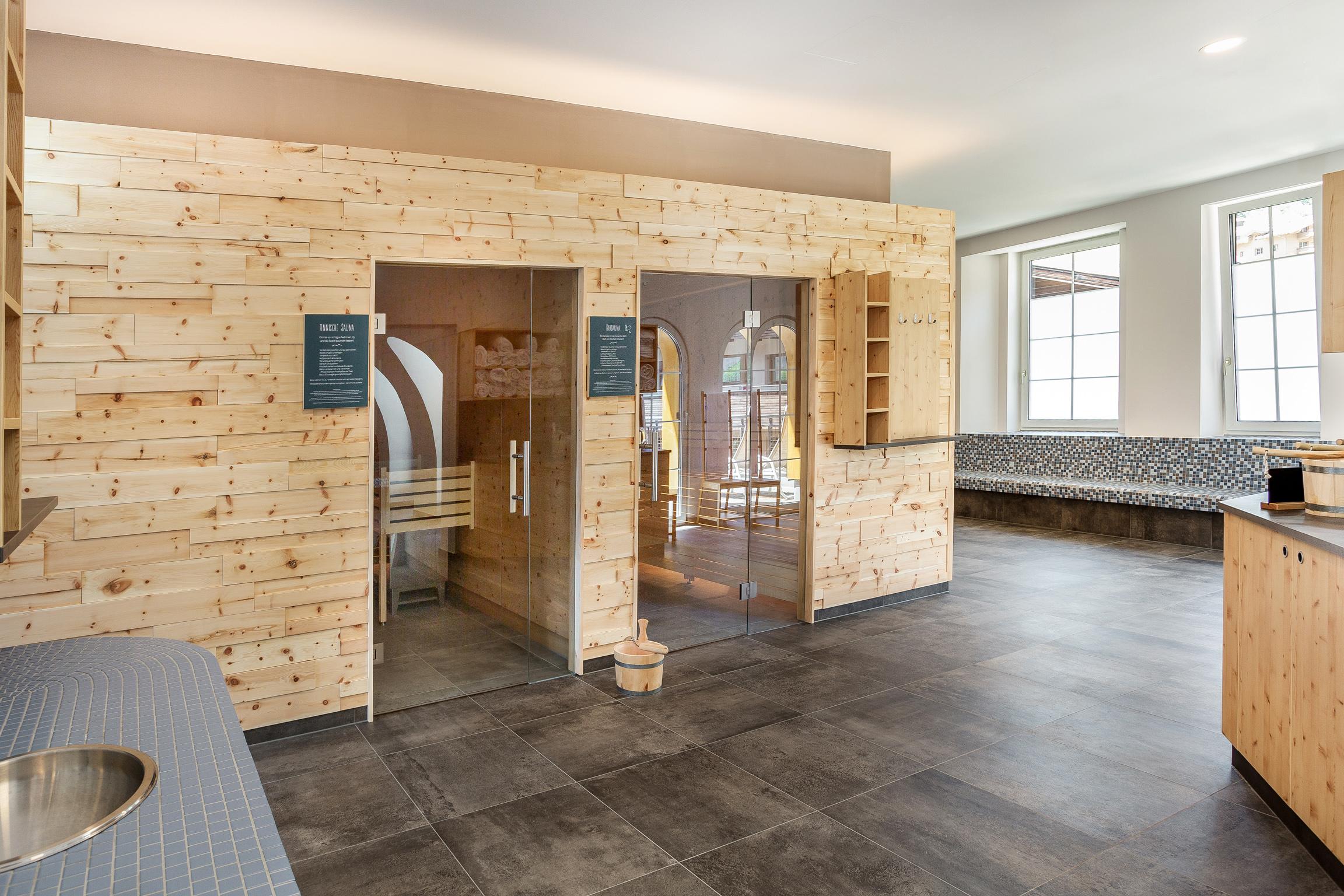 Sie sehen den Saunenbereich im JUFA Alpenhotel Saalbach. Der Ort für erholsamen Familienurlaub und einen unvergesslichen Winter- und Wanderurlaub.