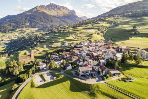 Sie sehen Savognin im Sommer von oben. JUFA Hotels bietet Ihnen den Ort für erlebnisreichen Natururlaub für die ganze Familie.