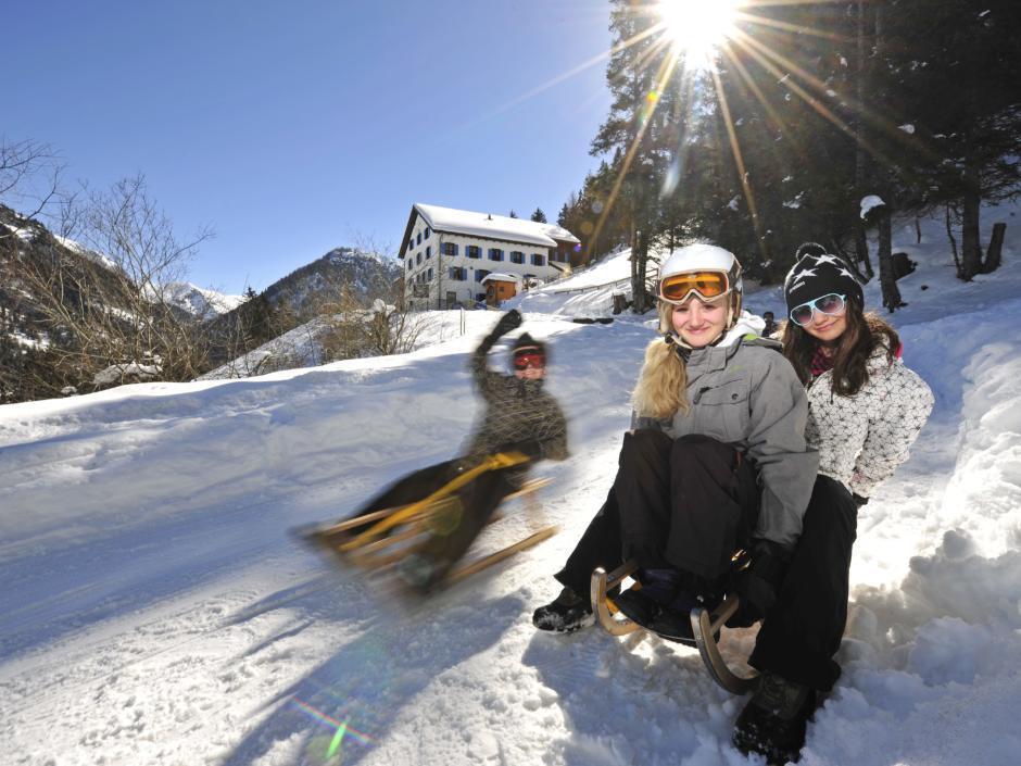 Teens beim Schlitteln in Steg und Malbun in Liechtenstein. JUFA Hotels bietet erholsamen Familienurlaub und einen unvergesslichen Winterurlaub.