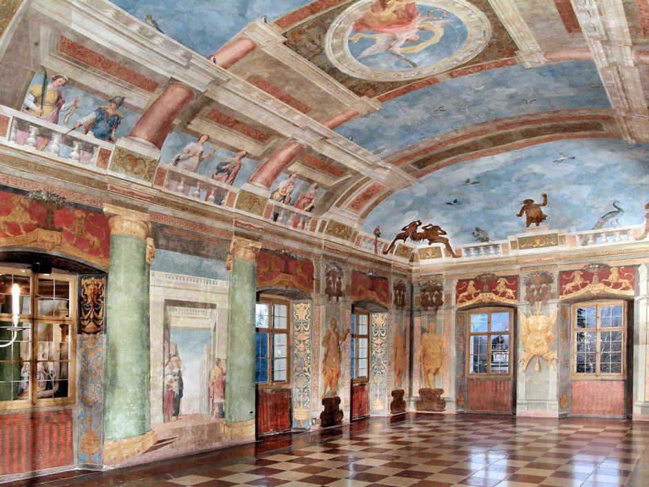 Gut erhaltener Barocksaal des Schlosses Hellbrunn mit vielen Wandmalereien und Kunstwerken.
