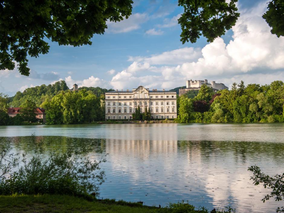 Sie sehen den Leopoldkroner Weiher mit Blick auf das Schloss Leopoldskron. Im Hintergrund die Festung Hohen Salzburg.