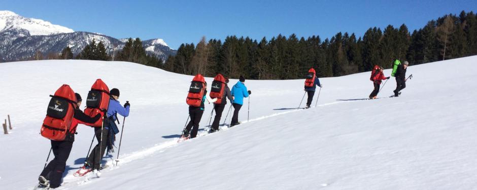 Sie sehen eine geführte Schneeschuhtour mit ruckXbob in Oberösterreich im Winter. JUFA Hotels bietet erholsamen Familienurlaub und einen unvergesslichen Winterurlaub.