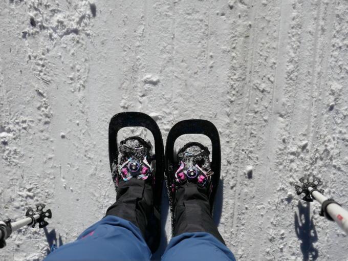 Sie sehen Schneeschuhwandern im Wipptal im Winter. JUFA Hotels bietet erholsamen Familienurlaub und einen unvergesslichen Winterurlaub.