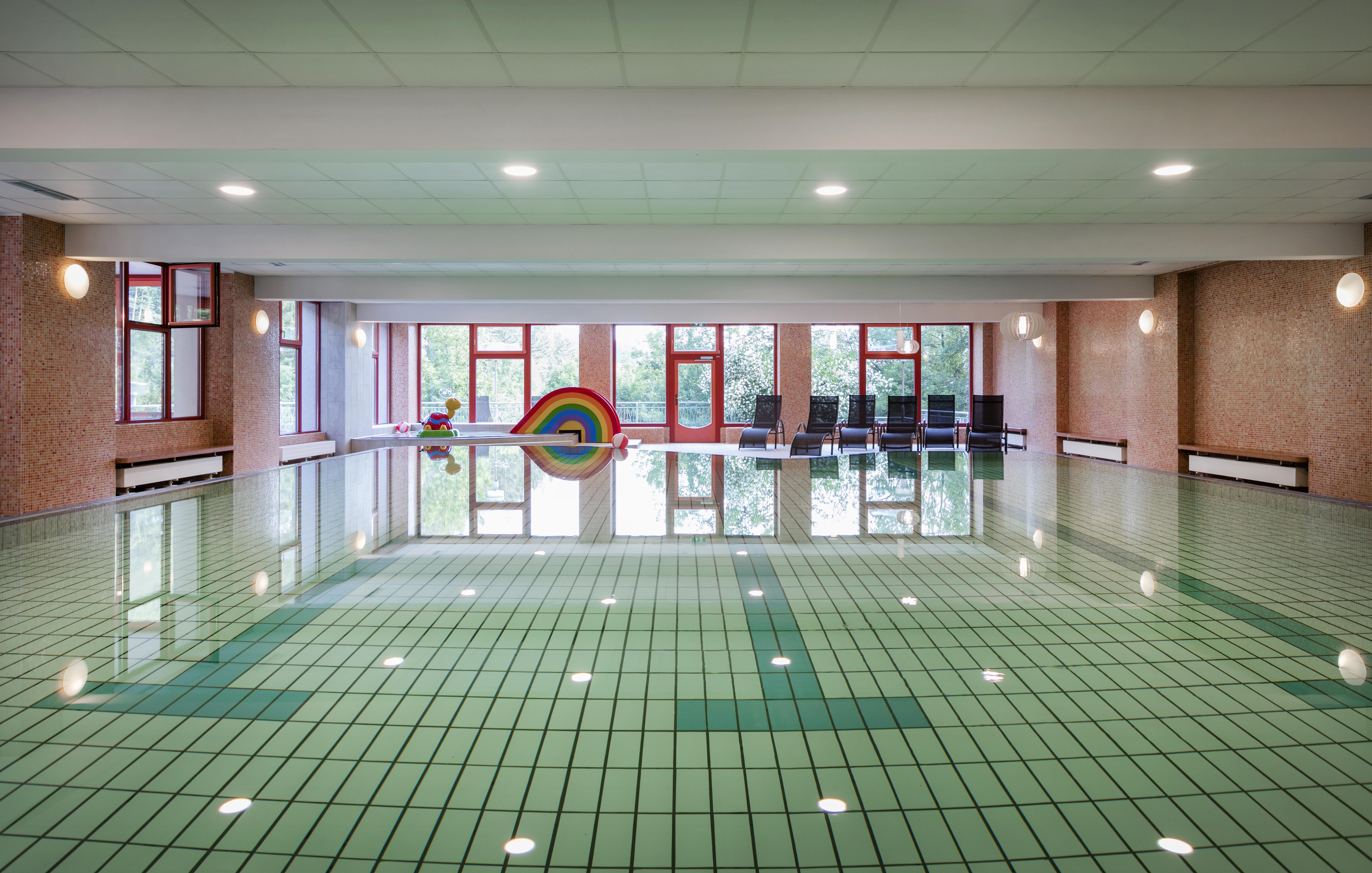 Sie sehen das Hallenbad des JUFA Hotels Sigmundsberg. Der Ort für erholsamen Familienurlaub und einen unvergesslichen Winter- und Wanderurlaub.