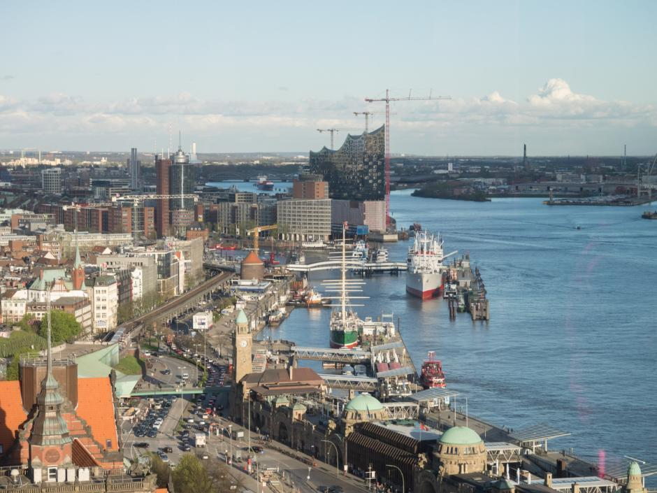Der Hamburger Hafen mit seinem regen Treiben und vielen Schiffen. Die Elbphilharmonie ist auch in unmittelbarer Nähe vom Jufa Hotel Hamburg HafenCity zu erreichen.