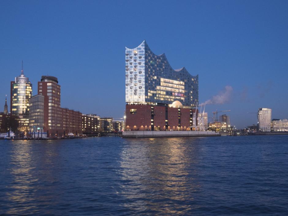 Elbphilharmonie in Hamburg von einer Luftaufnahme. Nur wenige Gehminuten vom JUFA Hotel Hamburg HafenCity erreichbar. Die Elbphilharmonie bei Dämmerung.