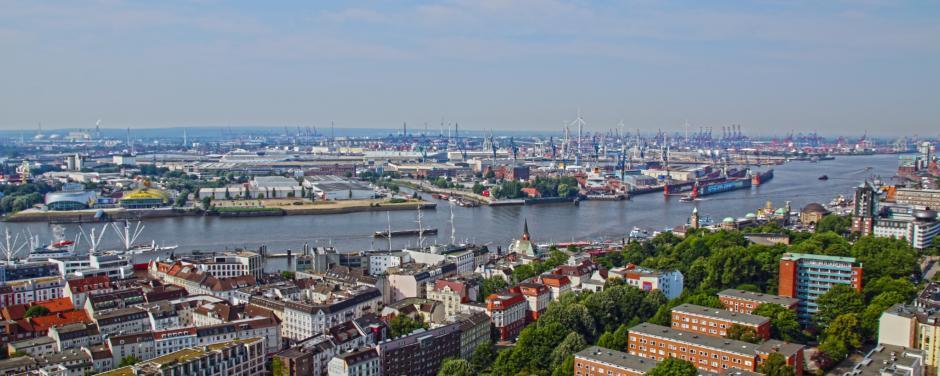 Sie sehen den Hamburger Fischmarkt von der Elbe aus. JUFA Hotels bietet erlebnisreichen Städtetrip für die ganze Familie und den idealen Platz für Ihr Seminar.