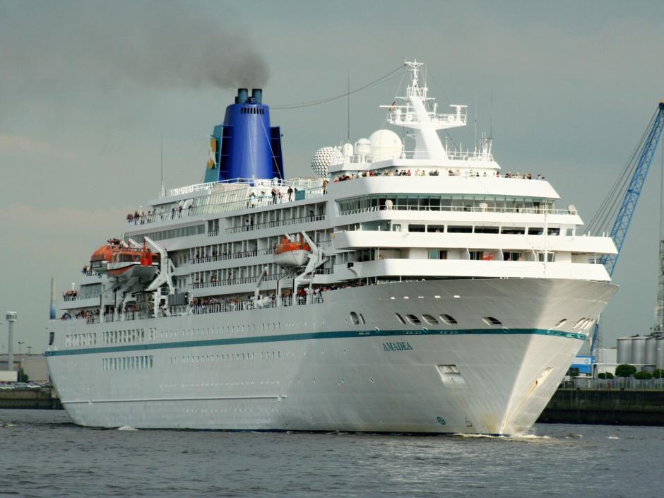 Mit den Schiffstouren Hamburg zu Wasser entdecken. Von den verschiedenen Landungsbrücken, die in der Nähe von Jufa hotel Hamburg HafenCity kann man Kreuzfahrtschiffe entdecken.