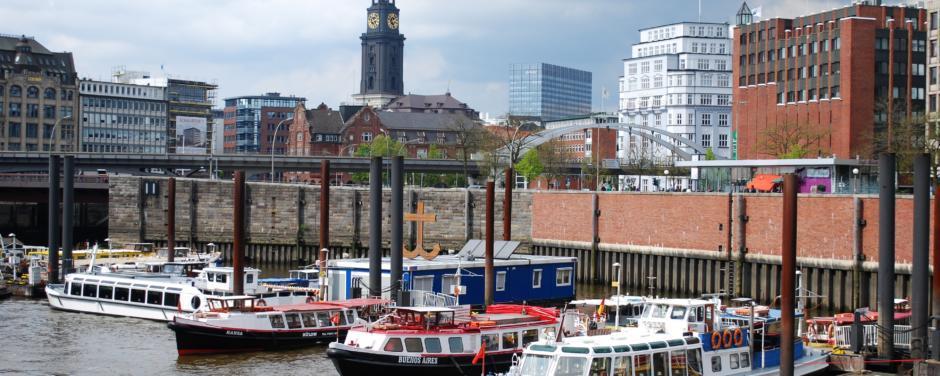 Den Hafen von Hamburg kann man vom Wasser aus erkunden mit den abgebildeten Schiffen.