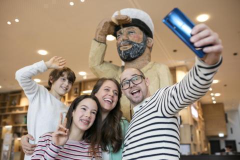 Sie sehen eine Familie beim Selfie machen mit dem Matrosen im JUFA Hotel Hamburg HafenCity. Der Ort für kinderfreundlichen und erlebnisreichen Urlaub für die ganze Familie.