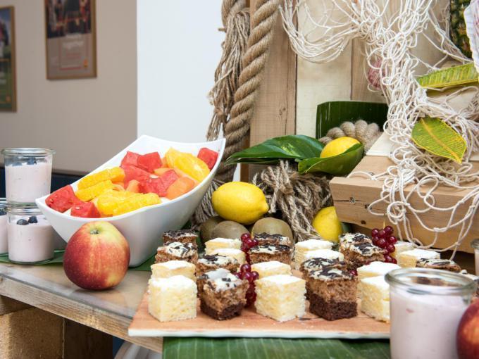 Sie sehen ein reichhaltiges Seminar-Buffet im JUFA Hotel Hamburg HafenCity mit Kuchen. JUFA Hotels bietet den Ort für erfolgreiche und kreative Seminare in abwechslungsreichen Regionen.