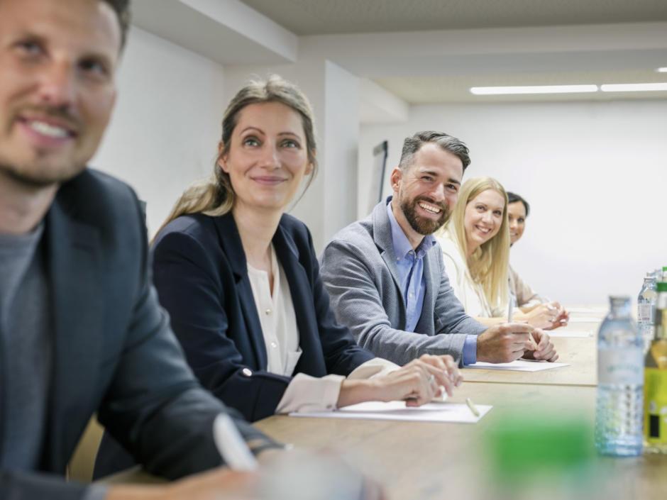 Sie sehen mehrere Seminarteilnehmer im Meeting im JUFA Hotel Weiz***s. Der Ort für erfolgreiche und kreative Seminare in abwechslungsreichen Regionen.