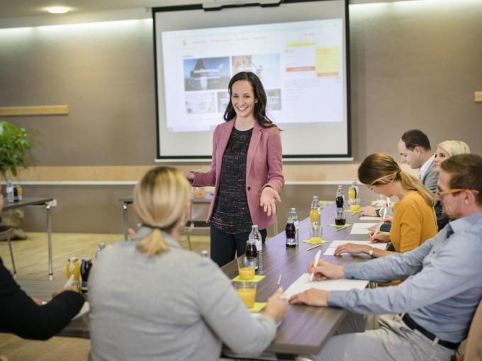 Sie sehen die Vortragende eines Seminars im JUFA Hotel Graz City***. Der Ort für erfolgreiche und kreative Seminare in abwechslungsreichen Regionen.