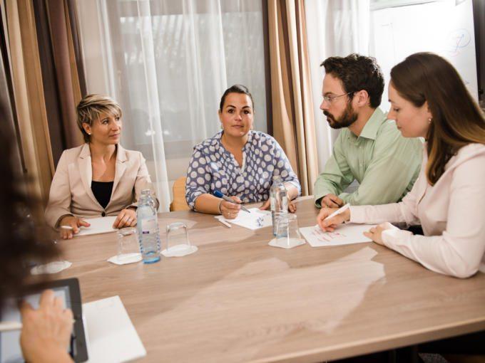 Sie sehen einen Workshop im JUFA Hotel Graz-Süd mit Wasser. Der Ort für erfolgreiche und kreative Seminare in abwechslungsreichen Regionen.
