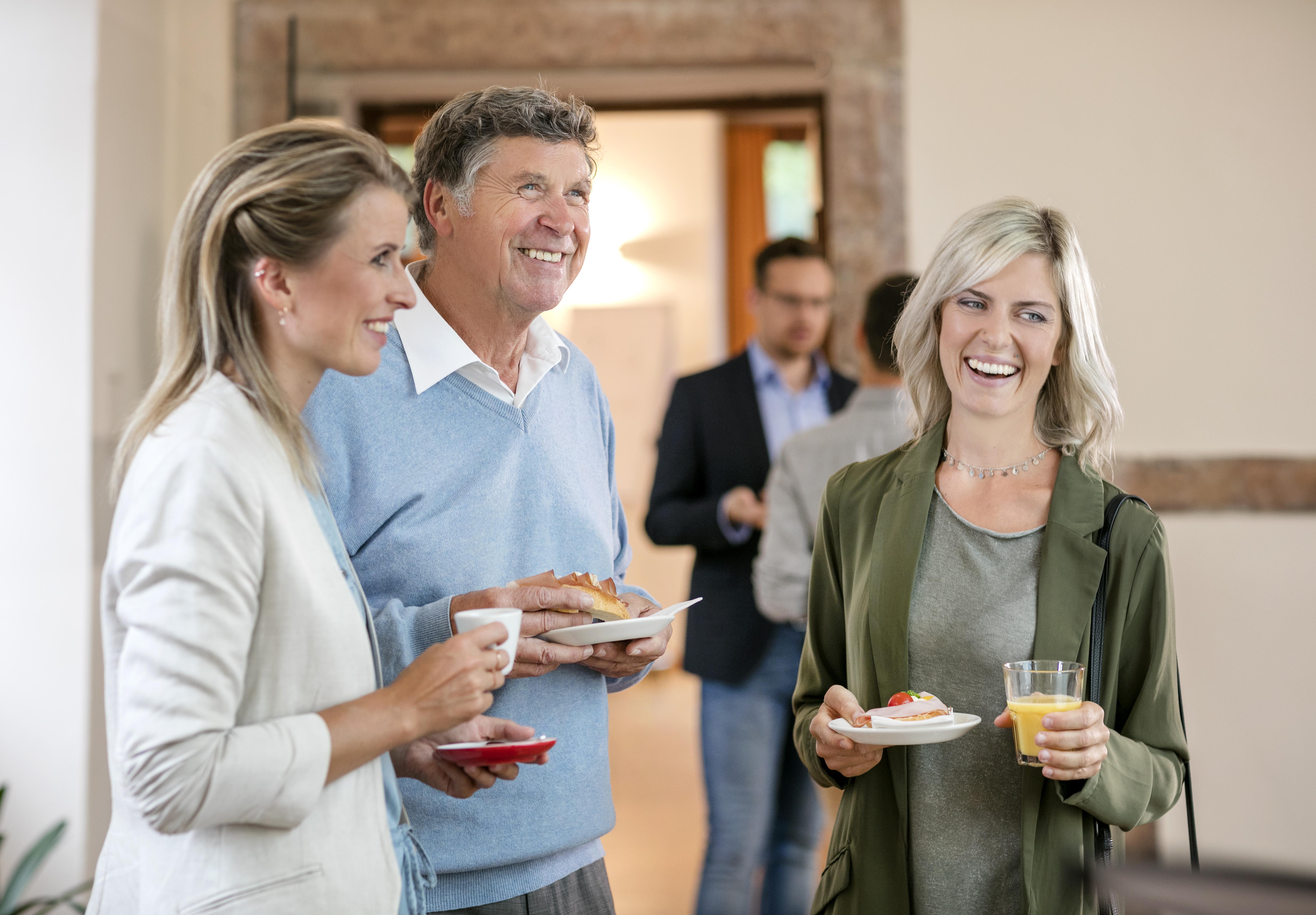Sie sehen Seminarteilnehmer bei der Seminarpause im JUFA Hotel Schloss Röthelstein/Admont***. Der Ort für märchenhafte Hochzeiten und erfolgreiche und kreative Seminare.
