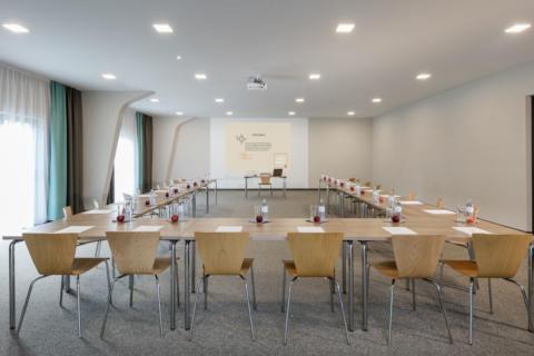 Sie sehen den Seminarraum Bürgeralpe mit Bestuhlung im JUFA Hotel Erlaufsee. Der Ort für erfolgreiche und kreative Seminare in abwechslungsreichen Regionen.