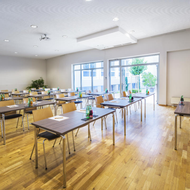 Sie sehen den Seminarraum Chrysostomus im JUFA Hotel Salzburg City. Der Ort für erholsamen Familienurlaub und einen unvergesslichen Winter- und Wanderurlaub.