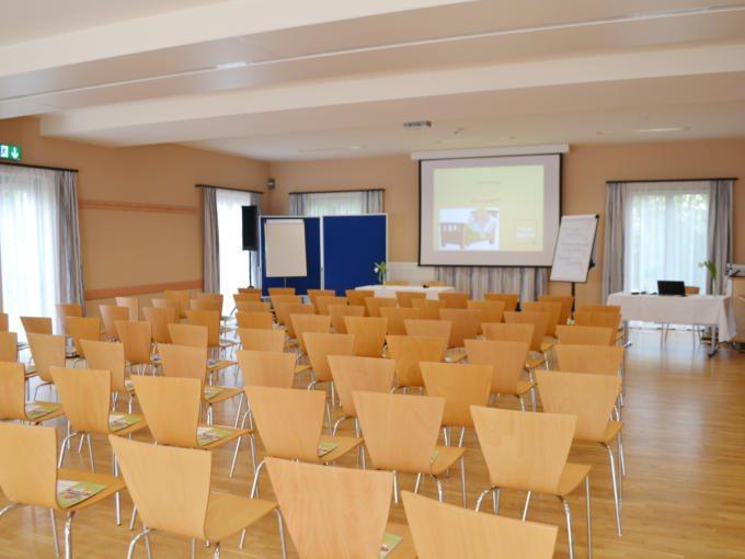 Gut ausgestatteter Seminarraum mit Reihenbestuhlung im JUFA Hotel Fürstenfeld – Sport-Resort. Der Ort für erfolgreiches Training in ungezwungener Atmosphäre für Vereine und Teams.