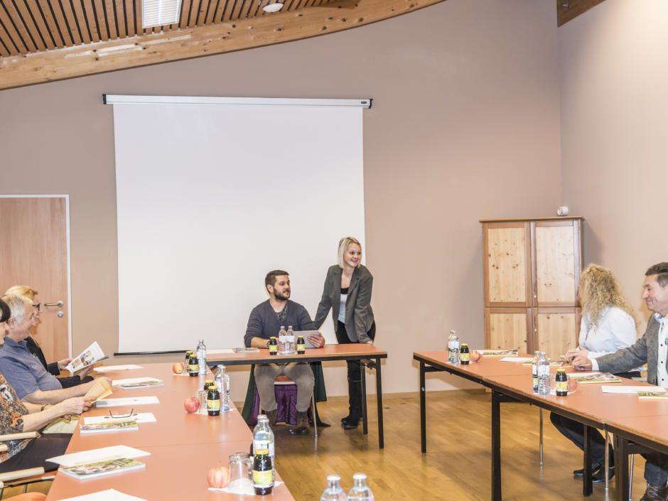 Sie sehen einen gut ausgestatteten Seminarraum im JUFA Hotel Grundlsee*** während eines Workshops. JUFA Hotels bietet den Ort für erfolgreiche und kreative Seminare in abwechslungsreichen Regionen.