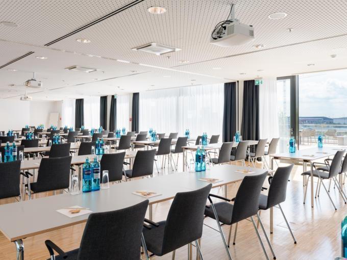 Sie sehen einen gut ausgestatteten Seminarraum im JUFA Hotel Hamburg HafenCity mit Elblick. JUFA Hotels bietet den Ort für erfolgreiche und kreative Seminare in abwechslungsreichen Regionen.