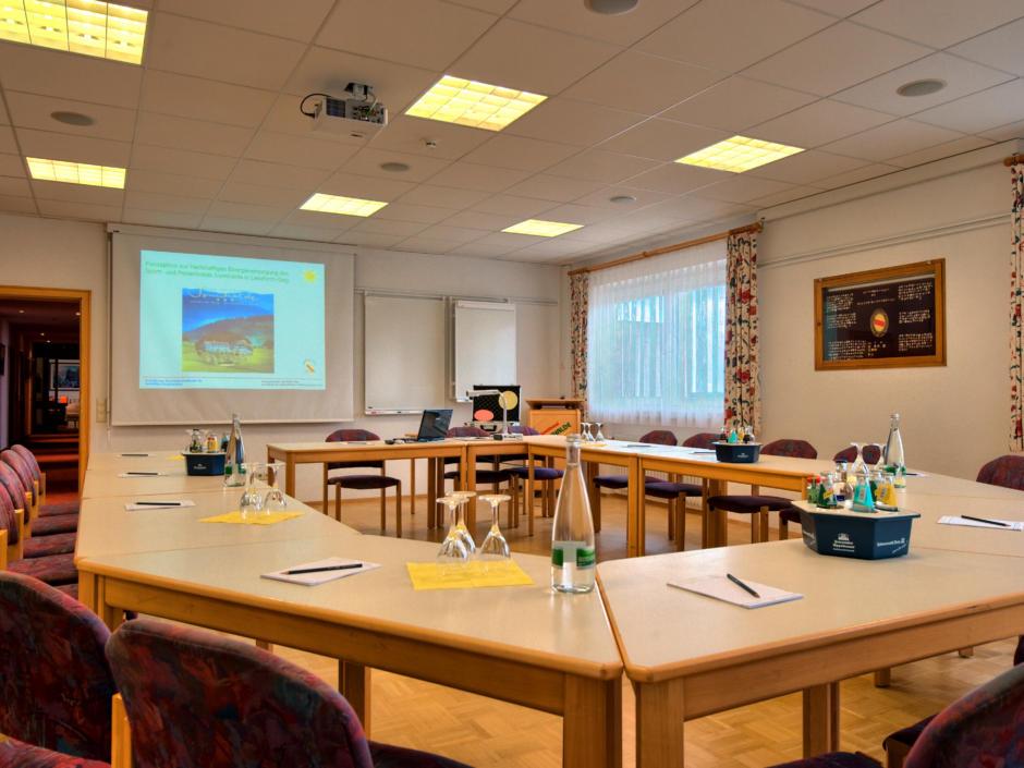 Sie sehen einen Seminarraum im JUFA Hotel Schwarzwald. Der Ort für erholsamen Familienurlaub und einen unvergesslichen Winterurlaub.
