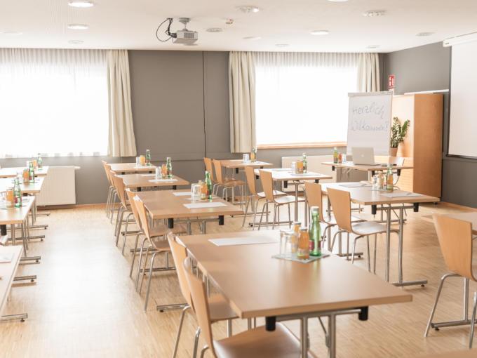 Sie sehen einen Seminarraum vom JUFA Hotel Montafon. Der Ort für erfolgreiche und kreative Seminare in abwechslungsreichen Regionen.