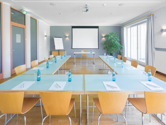 Sie sehen den lichtdurchfluteten Seminarraum im JUFA Hotel Nördlingen. Der Ort für kinderfreundlichen und erlebnisreichen Urlaub für die ganze Familie.