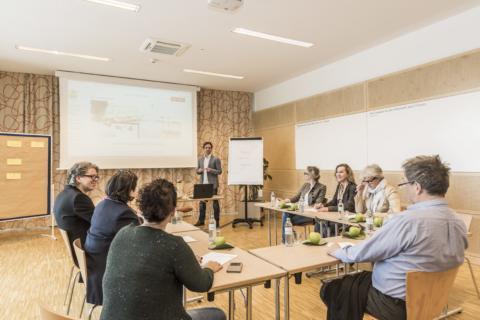 Vortrag in einem Seminarraum im JUFA Hotel Wien City. Der Ort für erlebnisreichen Städtetrip für die ganze Familie und der ideale Platz für Ihr Seminar.