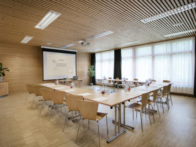 Sie sehen einen Seminarraum mit U-Form Bestuhlung im JUFA Hotel Waldviertel. Der Ort für erfolgreiche und kreative Seminare in abwechslungsreichen Regionen.