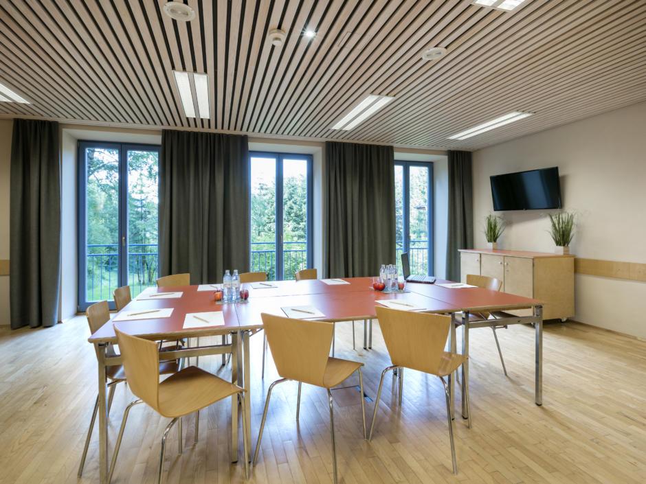 Sie sehen einen Seminarraum im JUFA Hotel Sigmundsberg. Der Ort für erfolgreiche und kreative Seminare in abwechslungsreichen Regionen.