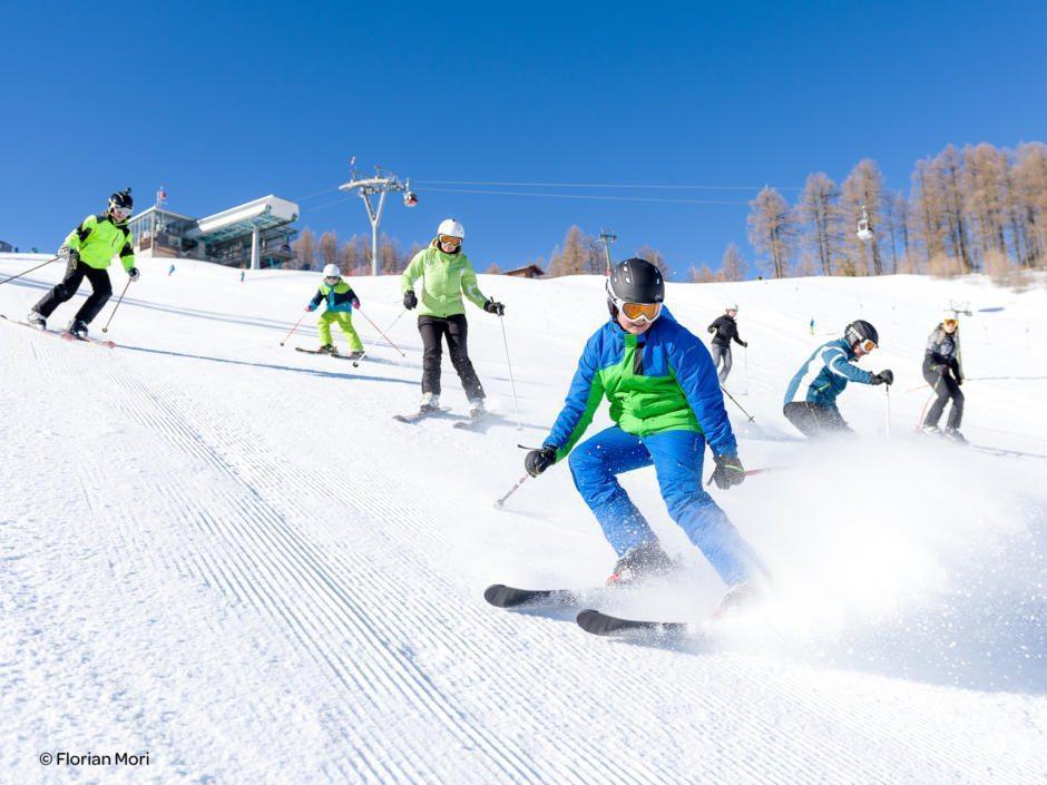 Sie sehen Skifahrer im Skigebiet Petzen in Kärnten. JUFA Hotels bietet erholsamen Familienurlaub und einen unvergesslichen Winterurlaub.