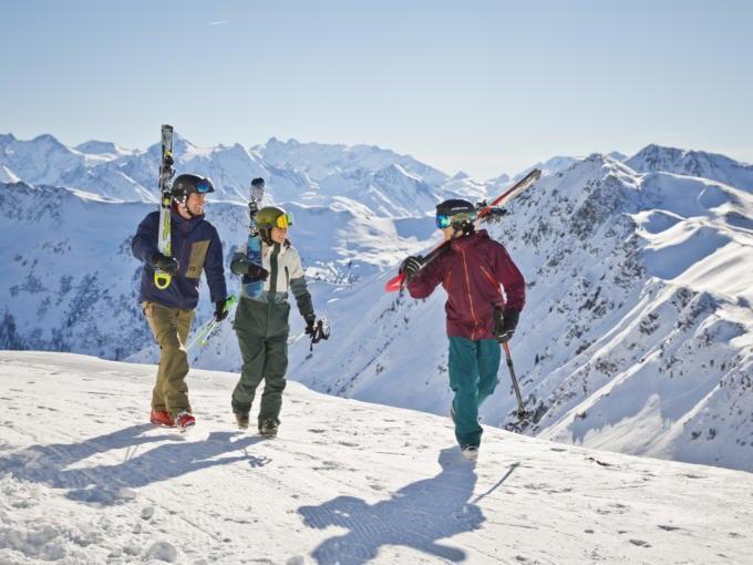 Sie sehen Skifahrer im Skicircus Saalbach Hinterklemm mit Bergpanorama. JUFA Hotels bietet erholsamen Familienurlaub und einen unvergesslichen Winterurlaub.