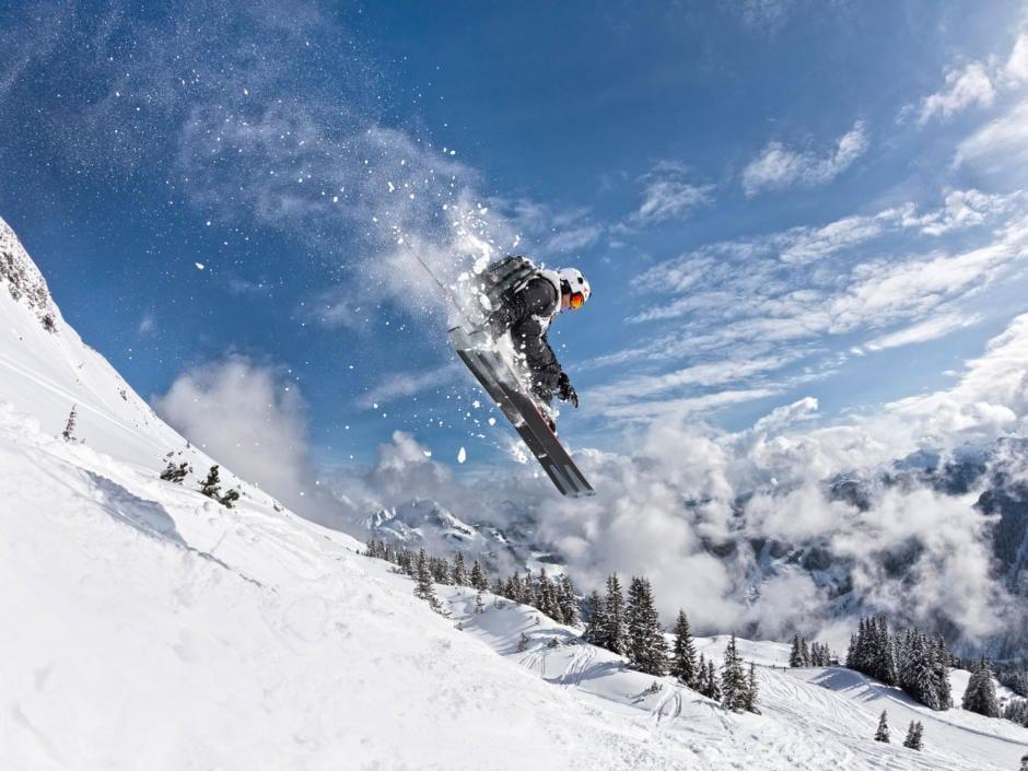 Sie sehen einen Skifahrer im Freeride Park in Leogang. JUFA Hotels bietet kinderfreundlichen und erlebnisreichen Urlaub für die ganze Familie.