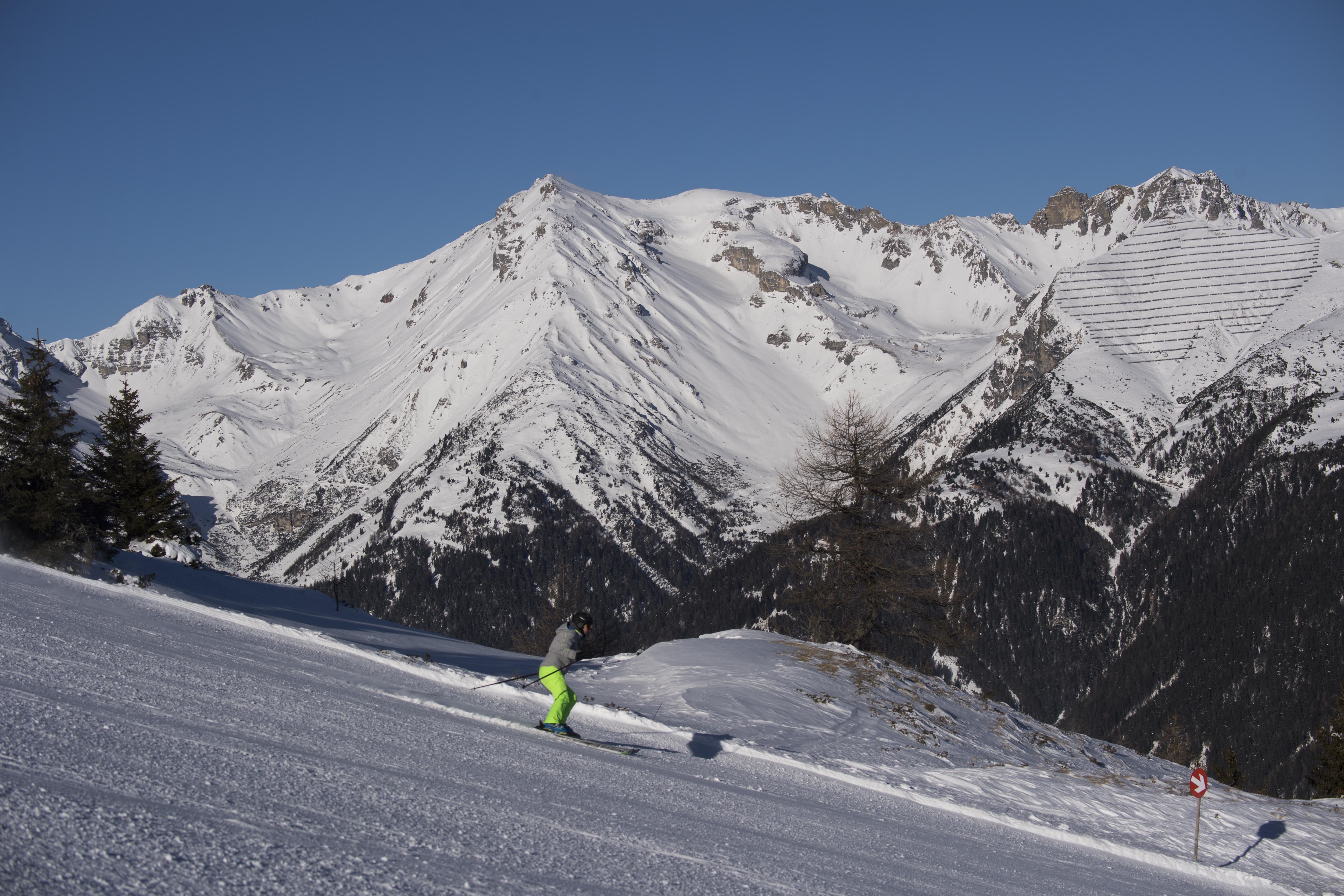 Sie sehen einen Skifahrer auf einer Piste in den Bergen im Wipptal im Winter. JUFA Hotels bietet erholsamen Familienurlaub und einen unvergesslichen Winterurlaub.